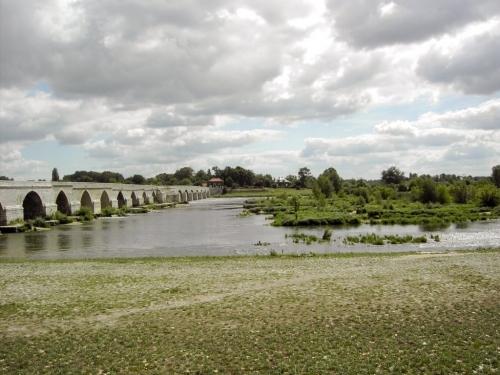 Le superbe pont du XIème s. compte22arches pour 440 m. de long. Ilfut longtemps l'unique pont sur la Loire entre Orléans et Tours.