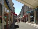<p>La rue Nationale est moins touristique &agrave; mesure que l&#39;on s&#39;&eacute;loigne du ch&acirc;teau.</p>