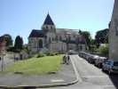 L'église collégiale Saint-Denis surplombe la place du même nom.