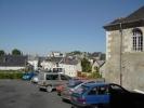 De l'église collégiale Saint-Denis, on aperçoit le château.