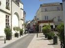 <p>La rue Fran&ccedil;ois Ier qui m&egrave;ne du quai du G&eacute;n&eacute;ral De Gaulle vers l&#39;entr&eacute;e du ch&acirc;teau.</p>