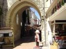 <p>La rue Nationale est une jolie rue pi&eacute;tonne commer&ccedil;ante et anim&eacute;e. On passe sous la vo&ucirc;te du beffroi.</p>